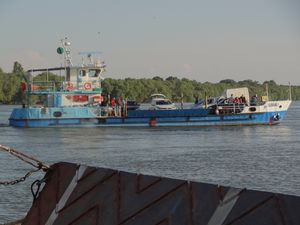 après le floating bus de Budapest, le almost floating Land Cruiser