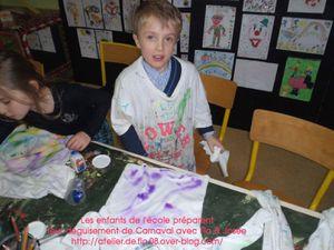 Les enfants en train de peindre leur tee-shirt