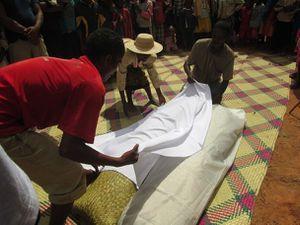 Sacrifice du zébu devant le tombeau. Discours au-dessus du tombeau. Exhumation du premier corps. On recouvre les corps d'un nouveau linceul blanc.