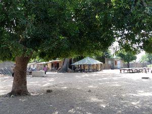 une rue et la place du village