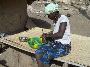 le travail des femmes : preparation des repas à base d'oignons verts.