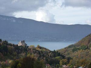 Le lac d'Annecy pris dans une fine couche de brume, de nuages... l'air est très automnal aujourd'hui... d'ailleurs ça caille: 6° au compteur au sommet !