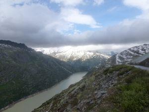 Laissons le lac de Grimsel derrière nous, traversons Oberwald, posons les vélos dehors, et mettons nous au chaud dans la voiture !