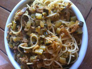 Dans la foulée, quasiment les mêmes ingrédients à chaud &#x3B; des spaghettis classiques et un peu d'huile de moutarde pour enrober les pâtes avant de les mélanger à la sauce.