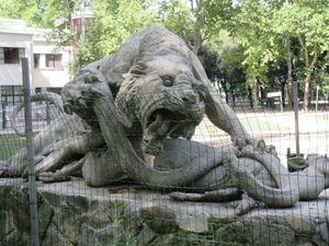 Entrée du Parc, sculptures, sortie par la place du 8 Août un jour de marché