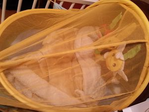 le dodo Nomade JMB Ludi a aussi une moustiquaire et un arche de jouets