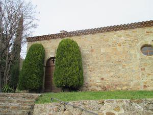 Le chemin arrive alors au hameau de Villequin dont nous ne verrons que sa petite église austère, le long du sentier.