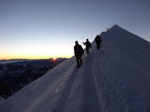 Montée au sommet du Mont Blanc, arrivée au lever du soleil
