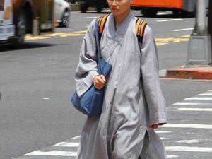 (3) Taïpei : Petit bouddha veille sur une école maternelle, il est 9h. (4) : Au secours, je ne vois que du religieux en ville !