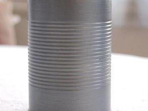 Etape 1 : peindre la planche et les 4 boites de conserves. Laisser sécher et appliquer une deuxième voire une troisième couche si nécessaire. Attendre que tout soit bien sec pour procéder à la réalisation de l'étagère.