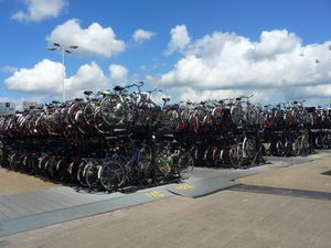 AMSTERDAM , la venise du nord,    un parking à vélos  ( 400 places!!!!)