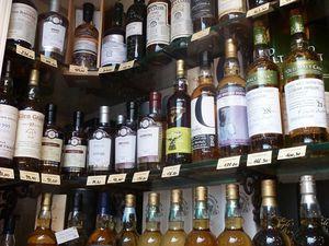 ... et encore d'autres étagères pleines de bouteilles