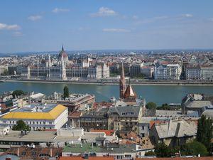 Budapest vue de la colline du chateau et l'historique église St Mathias( XIII siècle), coiffe de très haut toute la ville.