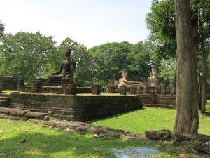 Le Temple Phra Kaeo aménagé en parc à l'extérieur des murailles de la citadelle