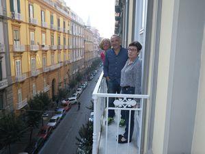 Notre appartement qui n'a rien à envier au précédent. Et la photo famille au balcon bien sur!!