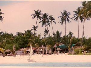 La plage et le village à travers les sentiers et nous 3 bien sur.