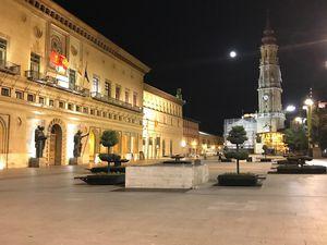 La Cathédrale de Saragosse la nuit. Il est interdit de faire du vélo sur le parvis de la Cathédrale. Et pourtant c'est bien Christian qu'on aperçoit au loin. Incorrigible !!! Un vrai gosse.