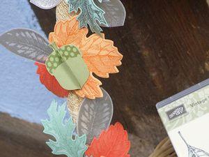 Matériel : Papier &#x3B; Riche Raisin, Macaron à la menthe, Vélin, Pêche fraîche, Tango Mandarine &#x3B; Encres : Tango Mandarine, Tarte au Potiron, Riche Raisin, Macaron à la menthe. Set : Vintage Leaves, Merci L'automne. Perforatrice Gland de chêne, Framelits Petites Feuilles. Poudre à embosser Argent.