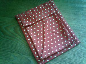 une pochette pour tablette rouge à pois blanc doublée en feutrine rouge !!! avec une poche à soufflets pour le chargeur !!! (oups ... elle est un peu chiffonnée cause voyage) !!!