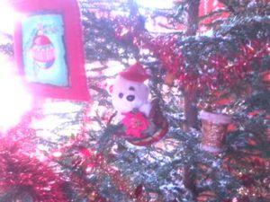 """Mon beau sapin !!! roi de ma maison !!! lalalalalalalala !!!  ... houlala voila que je chante à présent !!! le nounours trouvé dans une brocante est un calendrier de l'avent !!! trop mimi je trouve  !!! bon l'an prochain je lui fais des petits """"pochons"""" pour accrocher des cadeaux !!!"""