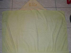 recyclage de serviettes délavées et des petites serviettes qui ne servaient pas, pour faire des capes de bain pour la puce. C'est moche mais ça sert bien! &#x3B;-)