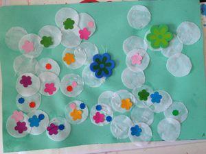 un champs de fleurs, collage de tissus et gommettes