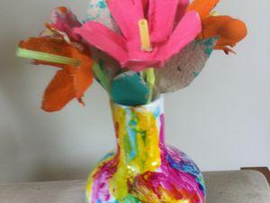 un cadeau fleuri pour l'anniversaire de mlle A.  2ans. Peinture céramique et boite d'oeuf sur pailles