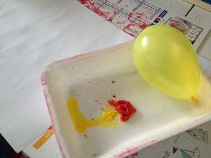 à l'aide d'un ballon, réalis des cagettes de pommeser