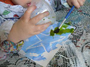Appliquer de la bougie, texte ou dessin, et recouvrir de peinture type aquarelle ou encre