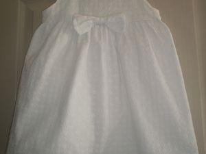 Loélie dans sa robe chasuble , patron maison avec du tissu coton avec broderie anglaise provenant des coupons de Saint Pierre