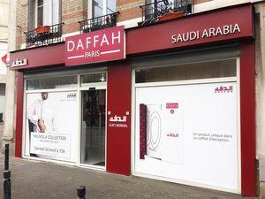 A gauche le magasin en question, à droite le magasin parisien. (Merci à @PtdArcole)