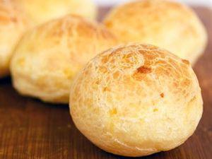 pao de queijo (petit pain au fromage)