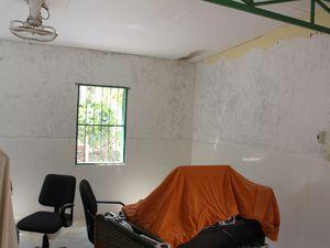 Et maintenant, passons au travaux à  l'intérieur de l'infirmerie , protection et peinture ...