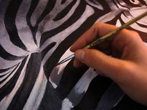 Les poils ont été peints un à un grâce à un pinceau fin. J'applique d'abord des couleurs unies, sans précision, puis j'apporte les nuances poils à poil pour éclaircir/assombrir le pelage.