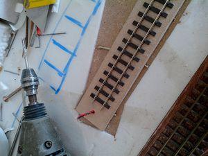 Le pont-secteur. Un rail collé sur une plaque de médium, tout simplement. Le plus dur, c'est l'habillage.
