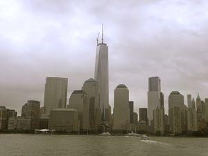 """And of course, when you are in NYC, you can' miss """"The statue of liberty"""" ! Sur la deuxième photo, c'est les quatres français qui étaient avec moi pour le voyage, Mariam, Lou, Marie-Laurence et  Thibault :) La dernière photo, c'est un bateau taxi"""