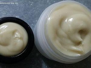 2 textures différentes obtenues avec la même combinaison : sodium beeswaxate (cire hydrolysée à la soude) + cetearyl olivate. D'un côté une texture baume émollient  composé de beurres dans la phase huileuse, de l'autre un lait onctueux et sprayable obtenu avec une phase aqueuse importante...  pas de gomme. y