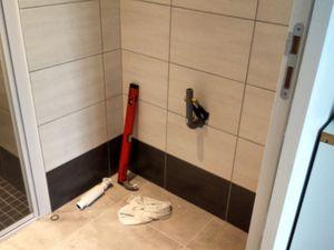 découpe des tuyaux, fixation du meuble et plan au mur