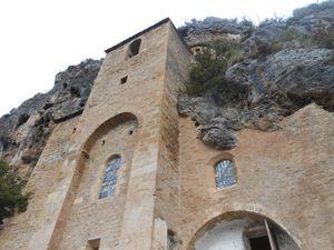 Dans les rues de Peyre et l'église troglodytique taillée dans la roche.