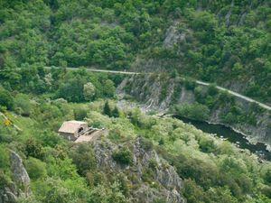 Quelle vue sur l'Eyrieux et sur l'ancienne voie ferrée transformée en voie verte aujourd'hui.