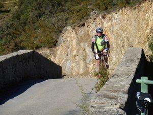 Passage du petit pont en pierres sur le Toulourenc pour rejoindre Montbrun les Bains.