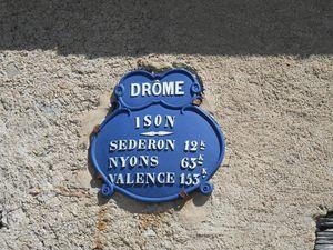 1- Maison isolée au début du col de Muze. 2- Sous Izon la Bruisse. 3 et 4- panneau et plaque d'Izon.