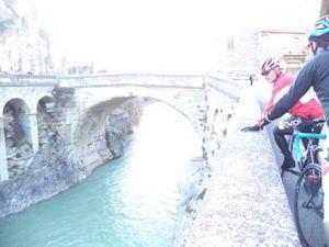 Passage par Vaison et sa vielle ville et le fameux pont Romain qui résistera à la terrible crue de 92 !