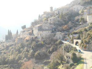 Brantes en Haut Vaucluse juste sous la face nord du Ventoux, un vrai village de montagne.