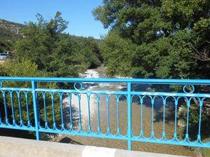 Petit village de Veaux, la vallée du Toulourenc en haut, la rivière du Toulourenc au niveau du pont.