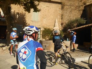 Un arrêt à la fontaine de Puyméras (84) qui fait du bien avant de terminer les 40 km restants.