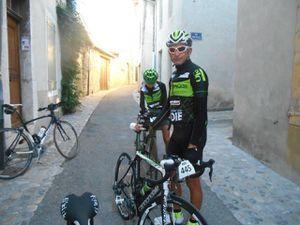 En vert Aude et Bruno et en rouge Patrice, petite attente sur l'aqueduc de Die. Manque Gégé le Breton.