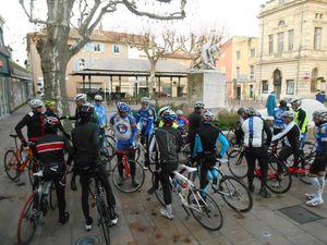 Ça arrive de partout ce matin au rendez-vous de la place de l'Hôtel de ville de Bollène !