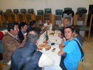 """1- Bruno pense à mâcher de temps en temps... 2 et 3- La table des """"jeunes"""" :-)"""