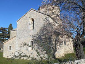 Encore 2 km de côte avant d'atteindre la petite commune de Larnas et sa belle église romane.